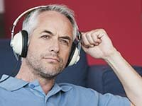 Hombre con audífonos - Cómo proteger tus oídos