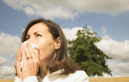 Mujer limpiando su nariz - Efectos secundarios de los medicamentos sin receta para las alergias - Elmer Huerta