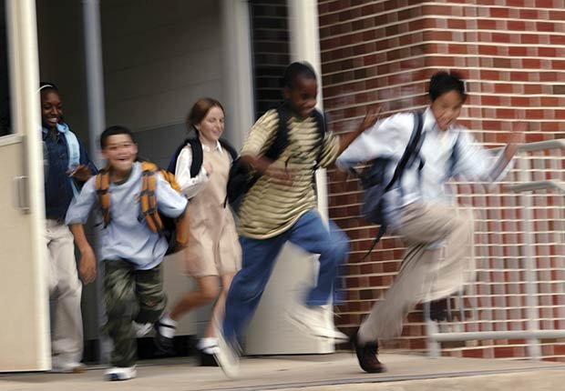 Niños saliendo de la escuela
