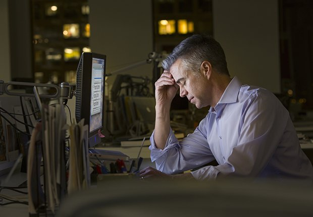Hombre con estrés frente a una computadora