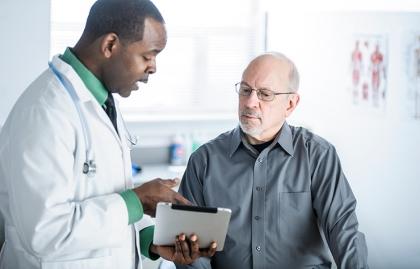 Medico y paciente en una consulta