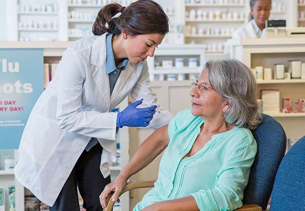Mujer recibiendo una vacuna en una clínica ambulatoria