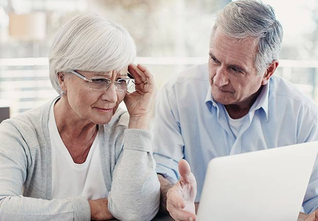 Pareja adulta haciendo una consulta en la computadora