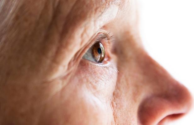 Perfil de una persona con la mirada perdida
