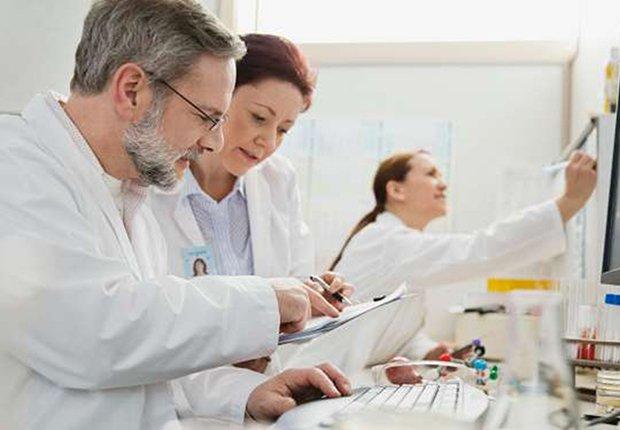 Varios médicos colaborando