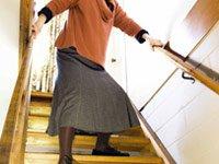 Mujer mayor bajando unas escaleras - Los anti-depresivos pueden incrementar el riesgo de caidas en los adultos mayores