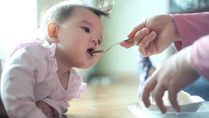 Bebe siendo alimentado - Cuando comenzar a dar alimentos solidos a su bebe