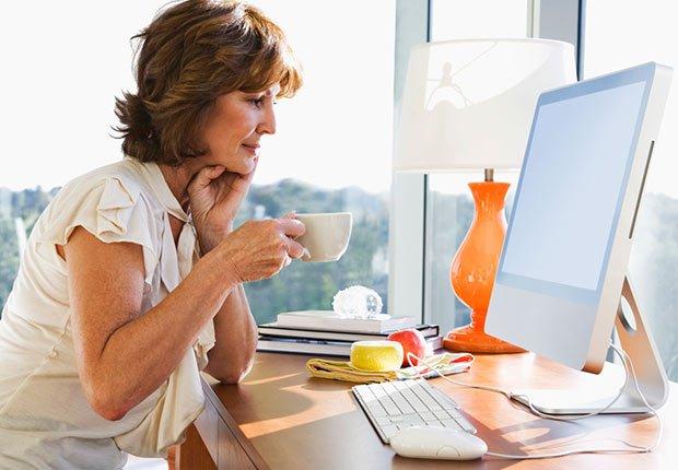 Mujer sentada a lado del computador, 10 cosas que usted necesita saber sobre la Ley de Cuidado de Salud