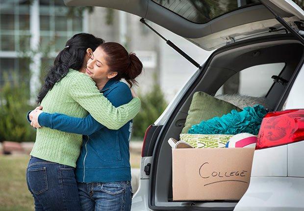 Mamá ayuda a su hija a mudarse a la universidad, 10 cosas que usted necesita saber sobre la Ley de Cuidado de Salud