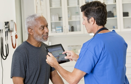 Médico y paciente en una consulta