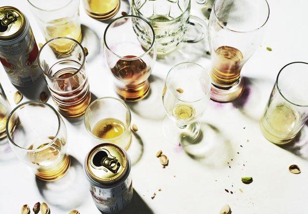 vasos sucios después de una noche de fiesta -  Alimentos que afectan la salud del corazon