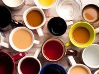Varias tazas de cafe - Alimentos y hábitos que nos hacen envejecer