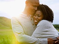 Pareja dándose un abrazo - Consejos para mejorar tu salud