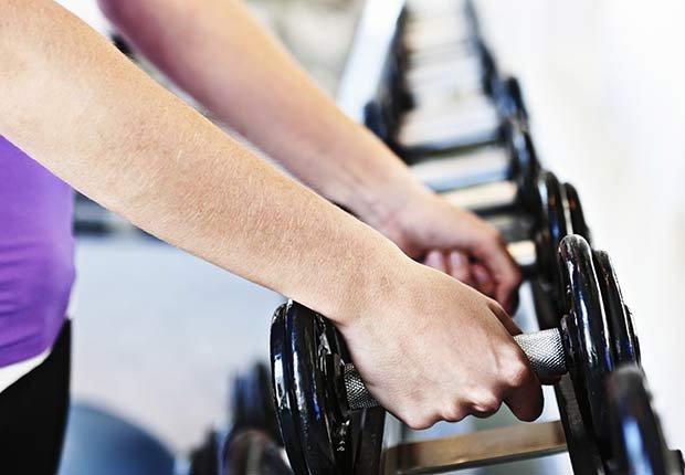 Hombre levantando pesas - Consejos para mantenerse en forma según Sugar Ray Leonard
