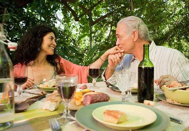 Pareja cenando al aire libre- 7 razones para tener más sexo después de los 50