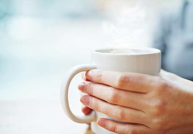 Manos sosteniendo una taza - Lo bueno de los malos hábitos