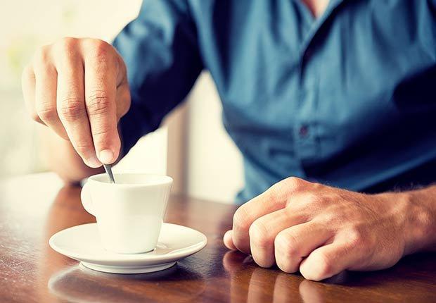 Hombre con una taza de café - Malos hábitos después de comer