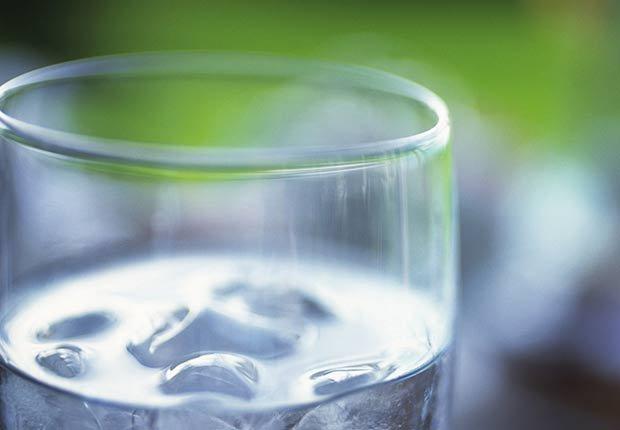 Vaso con agua e hielo - Malos hábitos después de comer