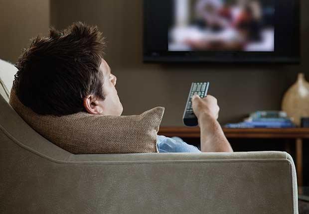 Hombre viendo TV - Números que pueden extender tu vida