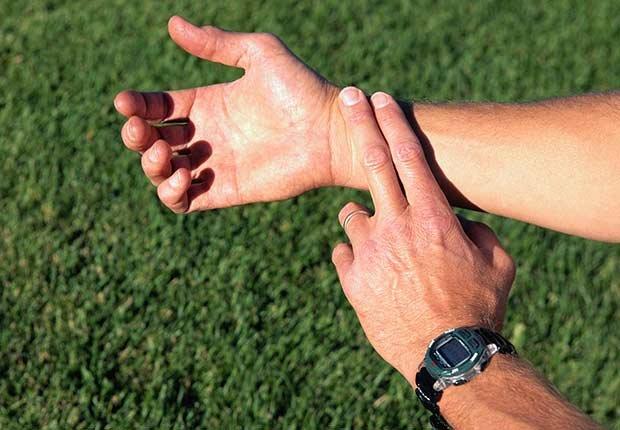 Hombre tomándose el pulso - Números que pueden extender tu vida