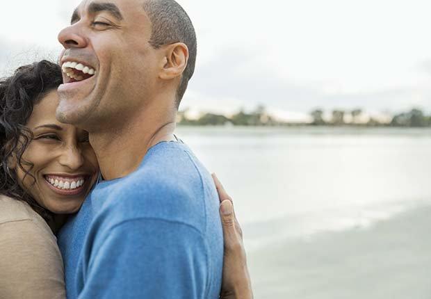 Pareja abrazándose - Formas de reducir el estrés