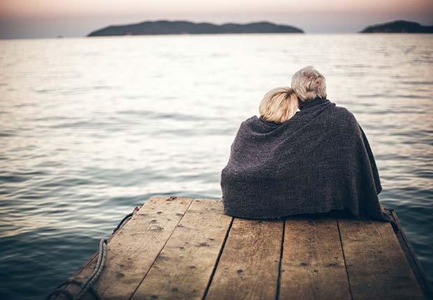 Pareja abrazada frente a un lago - Formas de reducir el estrés