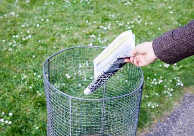 Tirando los periódicos a la basura - Mañanas mas saludables