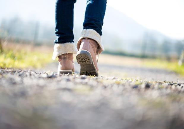 Pies de una persona caminando - Mañanas mas saludables