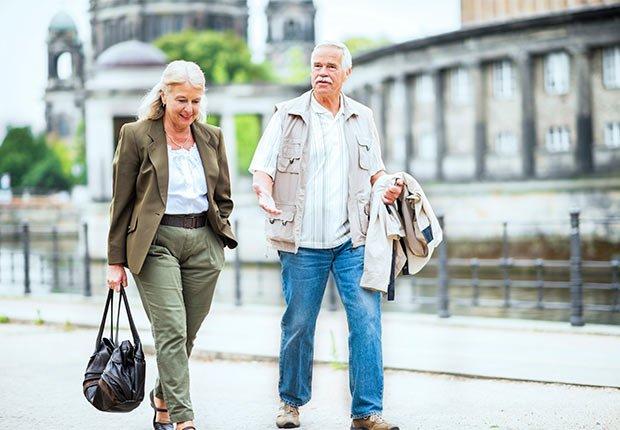 Pareja caminando, de turistas
