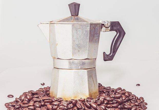Cafetera y granos de café