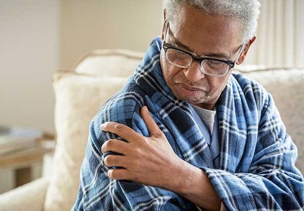 Hombre tocándose el brazo en señal de molestia - Combatir la inflamación
