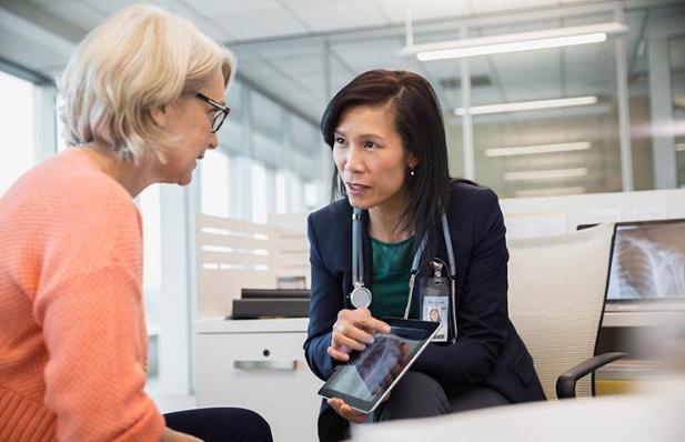 Consulta médico paciente sobre el cáncer de colon