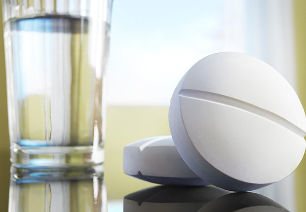 Vaso de agua y pastillas
