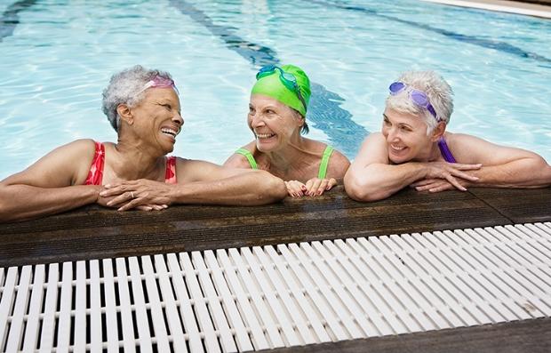 Mujeres mayores en una piscina