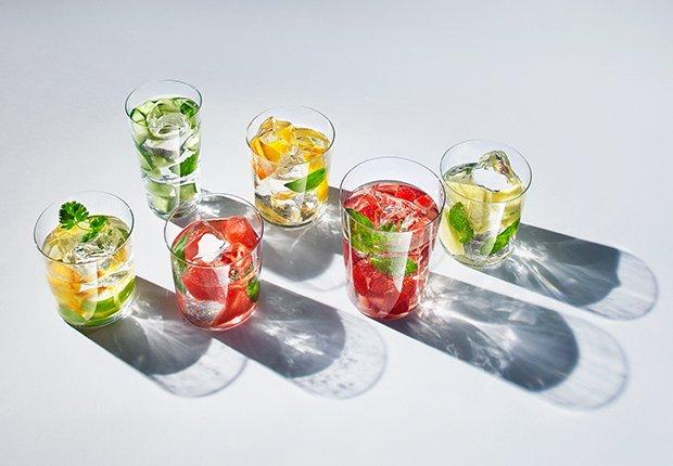 Varios vasos de gua con frutas