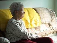 Mujer sentada sola en un sofá - Cómo envejecer con gracia - Evite la soledad