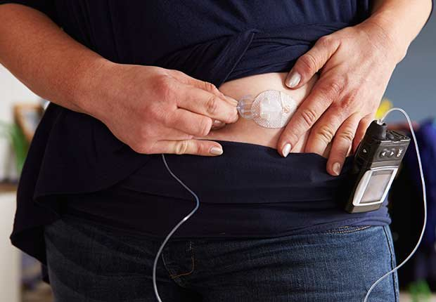 Paciente diabético monitoreando su nivel de azúcar