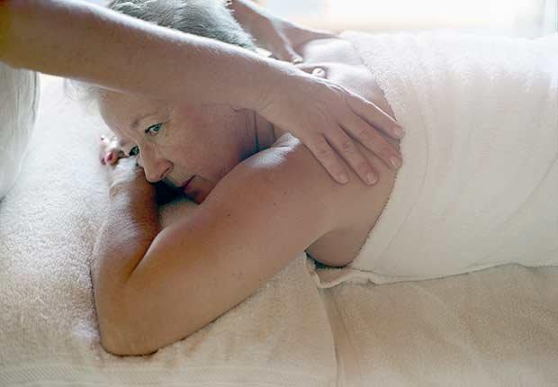 Mujer recibiendo masaje en la espalda