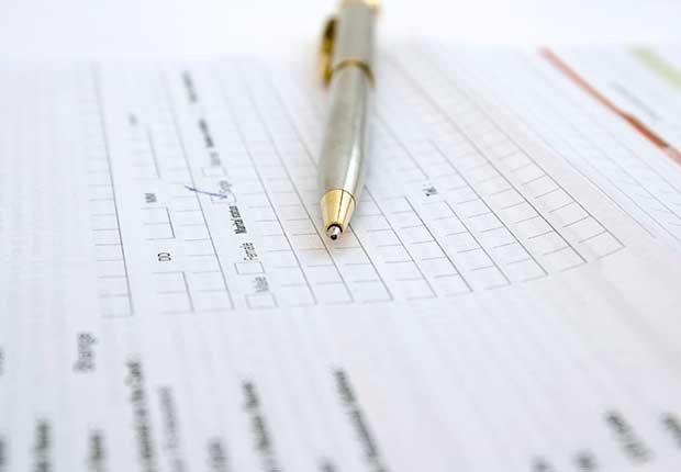 Documento y bolígrafo - Guía de Medicare Parte A, B, C y D