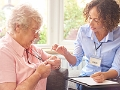 Cómo elegir un sistema de alerta médica - Enfermera habla con una mujer mayor