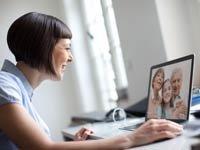 Miembros de la familia que hablan entre sí a través de la computadora, 5 actividades para mantener a su familia cerca