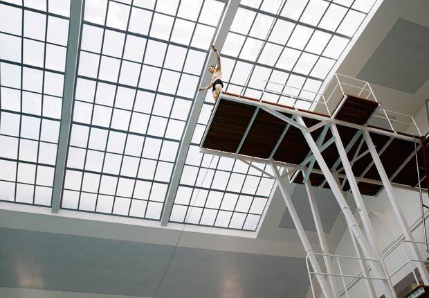 Hombre saltando de un trampolín, 7 maneras de salir de su zona de confort