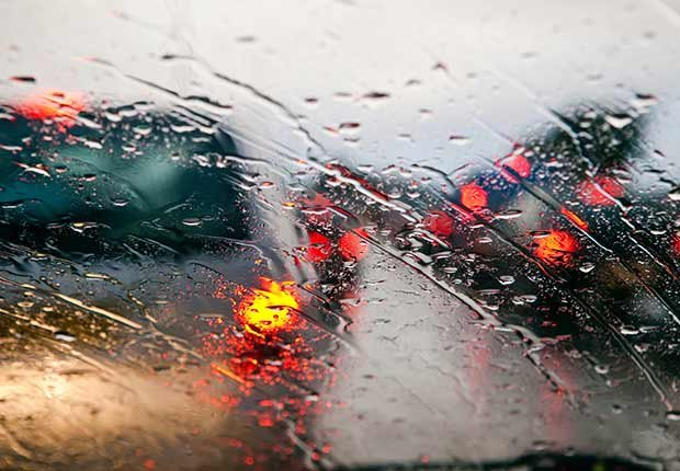 Parabrisas bajo la lluvia - Guía para sobrevivir al verano