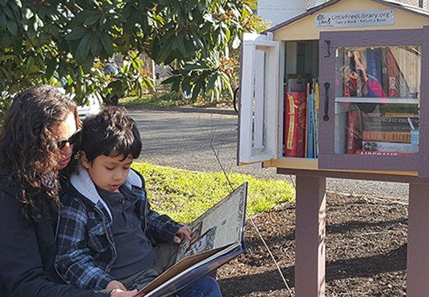 Aparecen en todas partes pequeñas bibliotecas gratuitas