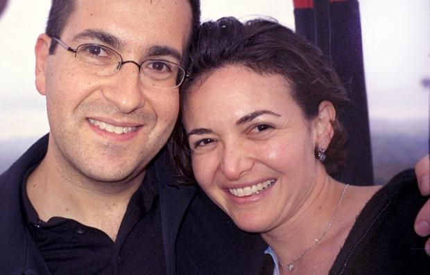 Sheryl Sandberg con su esposo tras comprometerse en el 2014