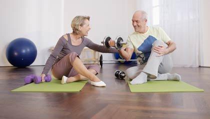 Pareja haciendo ejercicio - Cómo crear un pequeño gimnasio en su casa