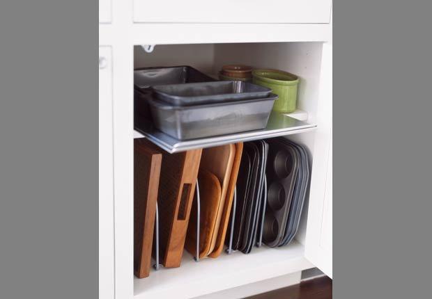 Utilice un bastidor regulable para separar moldes para hornear en su cocina- Organice su cocina