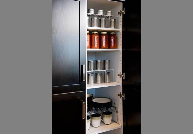 Utilice estantes y dispensadores de organizar las latas de refrescos y comida enlatada - Organice su cocina