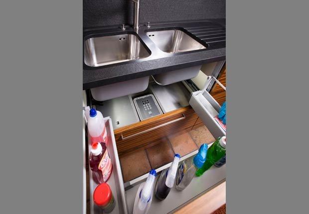 Organizar los productos de limpieza debajo del fregadero de cocina con estantes y bastidores - Organice su cocina