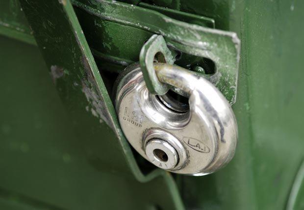 Cerradura de una puerta - Pasos para preparar su hogar para los huracanes